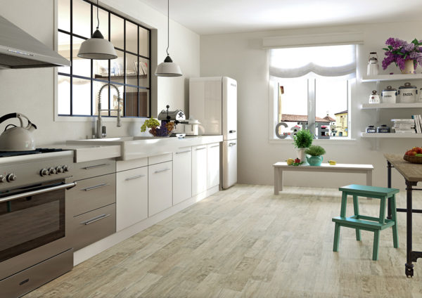 При желании иметь на кухне деревянный пол, его можно выполнить из кафельной плитки, имитирующей деревянные плашки