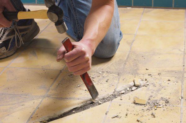 Удаление кафельной плитки с пола