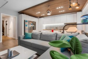 Отделка потолка ламинатом над рабочей зоной кухни позволяет получить практичное и простое в уходе покрытие, выполнить зонирование пространства и придать ему особый шарм