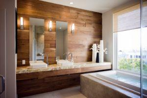 «Деревянная» отделка стен в ванной создает особую теплую атмосферу