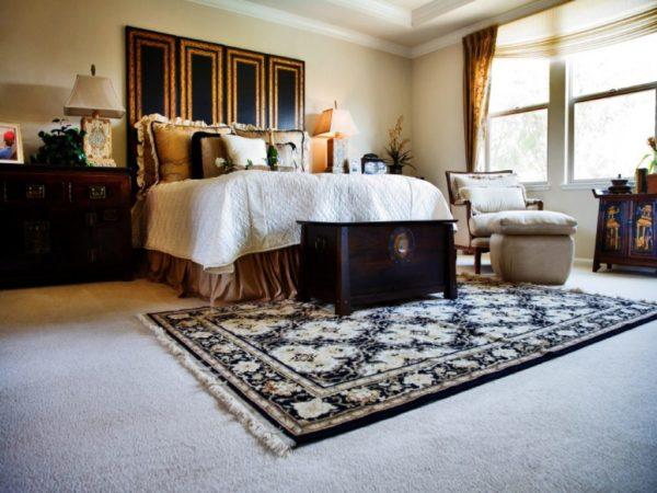 Ковер на ковролине в спальне