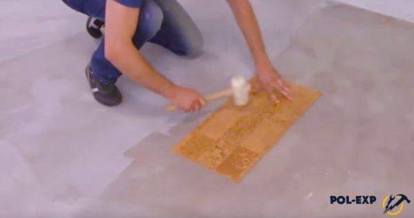Уложенная плитка простукивается молотком