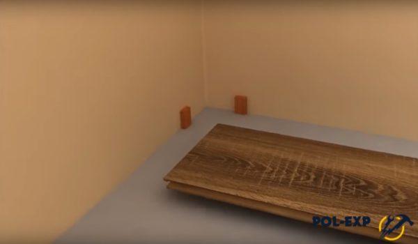 Вдоль стен установлены небольшие бруски
