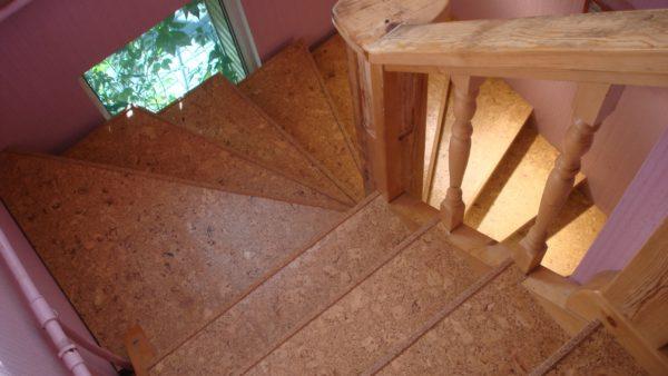 Клеевая пробка на лестнице