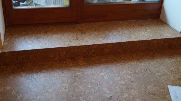 Оформление зоны у двери клеевой пробкой