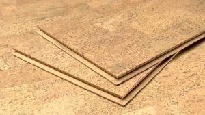 Пробковый ламинат укладывается замковым методом, и несмотря на отсутствие крепления к черновому полу, лежит очень плотно и крепко