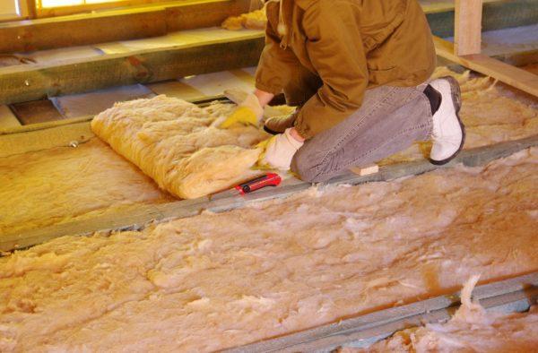 Процесс укладки утеплителя – между лагами материал должен располагаться как можно плотнее