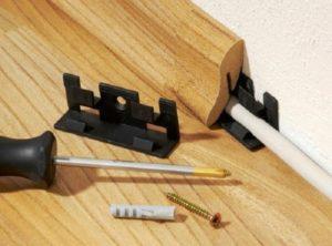 Плинтусом можно закрыть не только прореху между стеной и полом, но также и провода