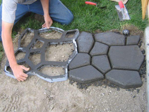 Пескобетон можно использовать для создания дорожек на придомовых участках