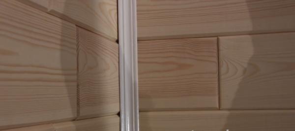 Оформление стыка деревянным уголком