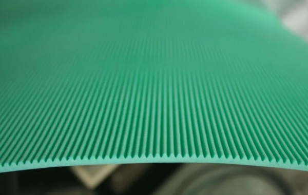 Бороздки на одной стороне подложки необходимы для естественной циркуляции воздуха
