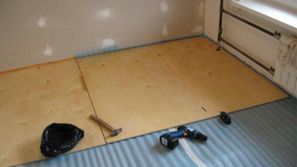 Под фанеру при укладке ее на бетонное основание укладывают слой пароизоляции