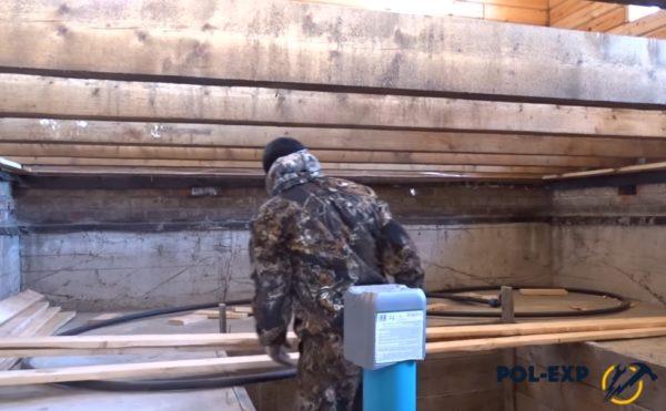 После спуска в подполье доски складываются под стеной