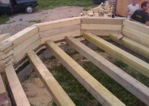 Любительское фото, показывающее расположение балок перекрытия при изготовлении дома