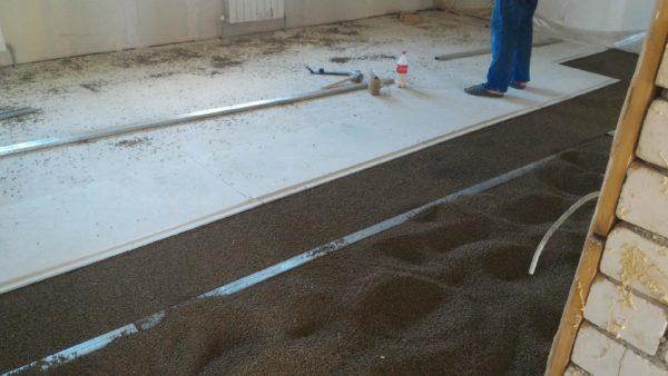 Листы ГВЛ на полу при устройстве сухой стяжки