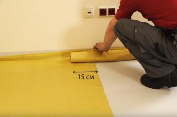Место нахлеста обязательно необходимо проклеить, чтобы обеспечить герметичность защитного покрытия