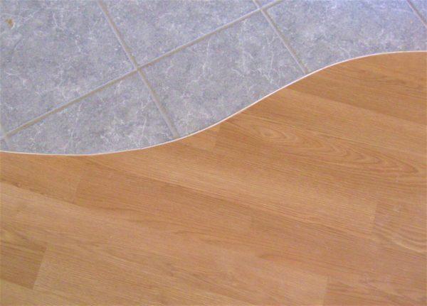 Плавный стык иногда оформляют при помощи герметика – это альтернативный способ