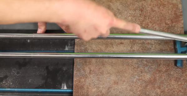 Надрез производят по линии разметки на поверхности изделия