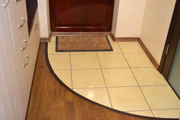Комбинированный пол в небольшом коридоре