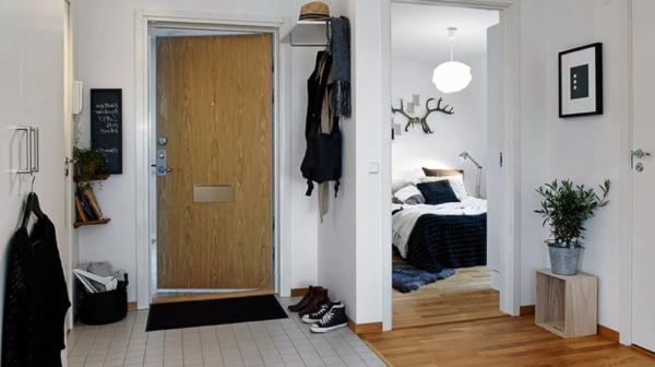 В прихожей плиткой выкладывают пространство перед дверью, где больше всего вероятность загрязнений и попадания влаги на пол