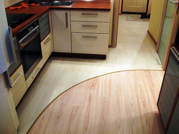 Оформление рабочей зоны кухни и прихожей плиткой – практичное решение