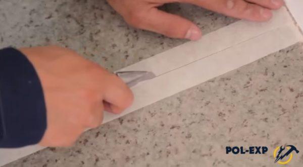 Малярный скотч прорезается по линии стыка