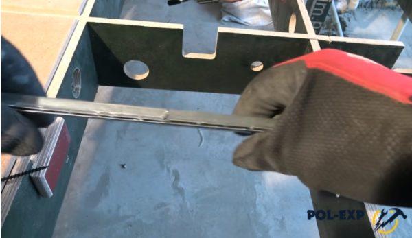Под стык подкладывается отрезок металлопрофиля