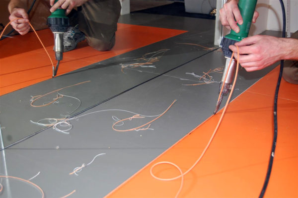 Соединить швы линолеума можно методом холодной или горячей сварки