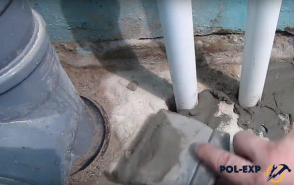 Все трещины и зазоры заделываются цементной смесью