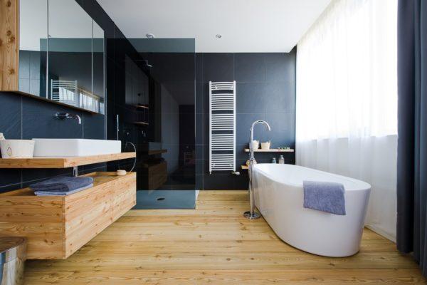 Современный интерьер ванной с деревянным полом