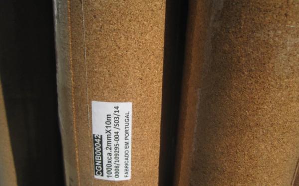 При покупке стоит обратить внимание на условия хранения материала, целостность краев подложки и герметичность упаковки