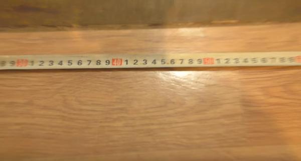 Измерение ширины проема при помощи рулетки