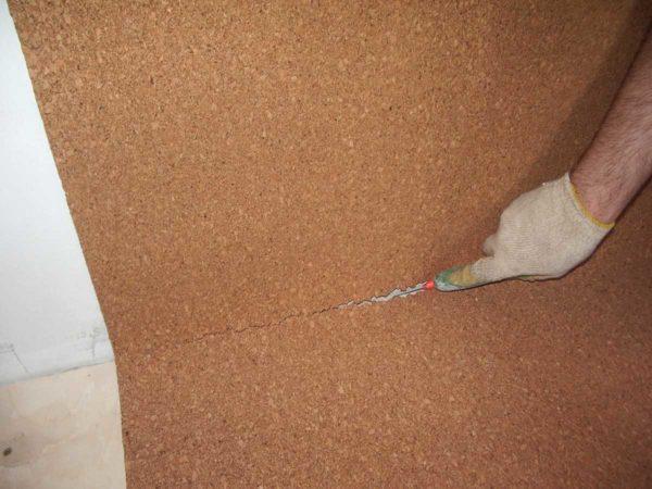 Для подрезки пробкового материала используют строительный нож