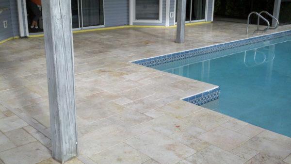 Территория около бассейна может быть облицована плиткой с маркировкой R12