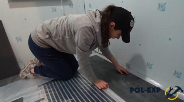 Процесс укладки виниловой плитки