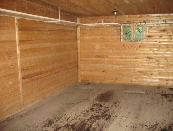Дерево хорошо дышит и сохраняет тепло, благодаря чему находиться в гараже достаточно комфортно
