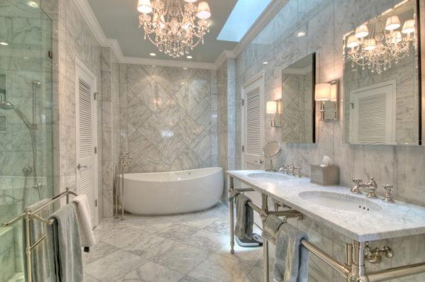 Отделка мрамором пола и стен в ванной комнате