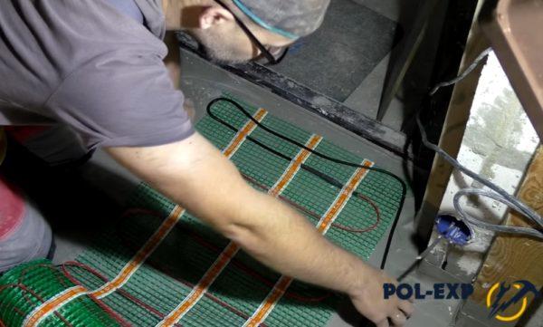 Раскладываются маты электрического теплого пола