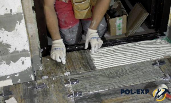 Укладка плитки у дверей