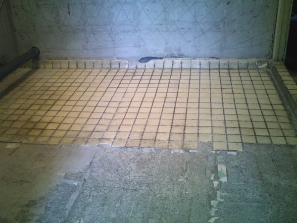 Старая плитка на полу