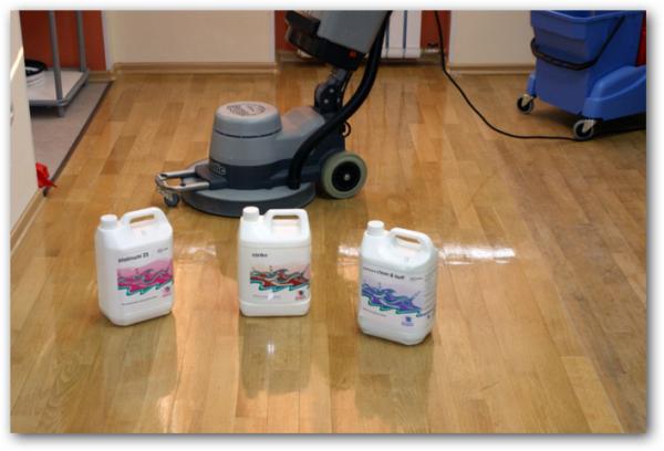 Убирать ламинат нельзя порошками для стирки и непроверенными средствами. Обычно достаточно только протирать ламинат чистой водой