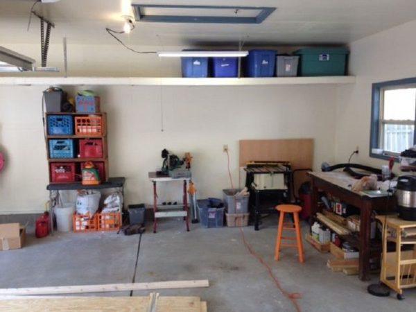В гараже хранятся различные инструменты и запчасти