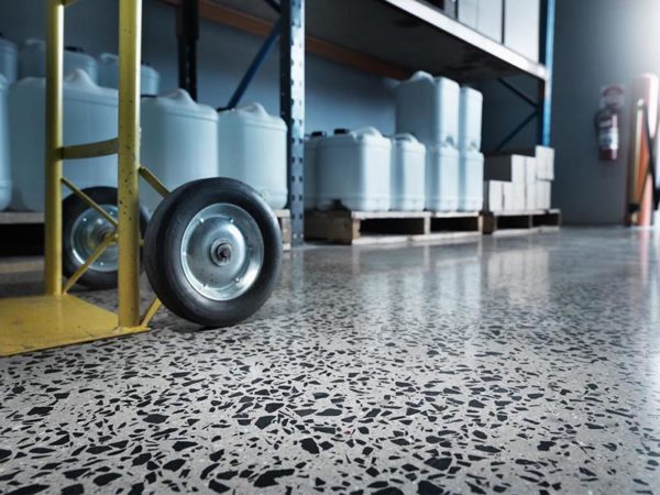 Мозаичный пол в складском помещении