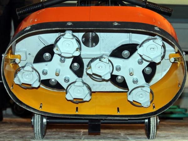 Драйверы, на которые крепятся шлифовальные инструменты, в процессе шлифовки двигаются в противоположные стороны