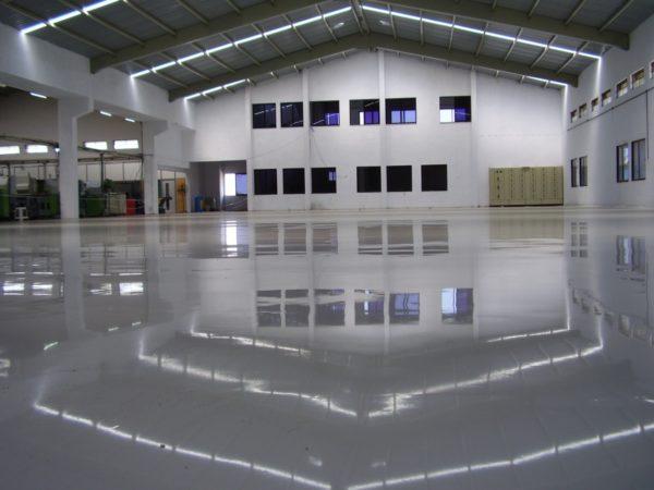 В короткие сроки с помощью наливного покрытия можно получить качественную ровную поверхность в помещении большой площади