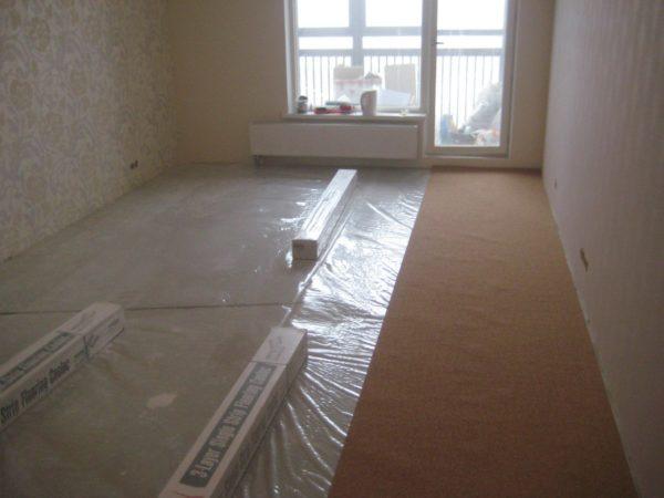 Укладка на полиэтиленовый гидроизоляционный слой в квартире