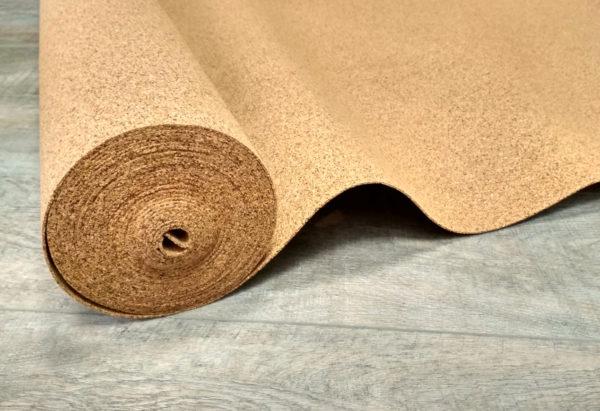 При работе с пробковой подложкой необходимо стараться не повредить кромки и полотно