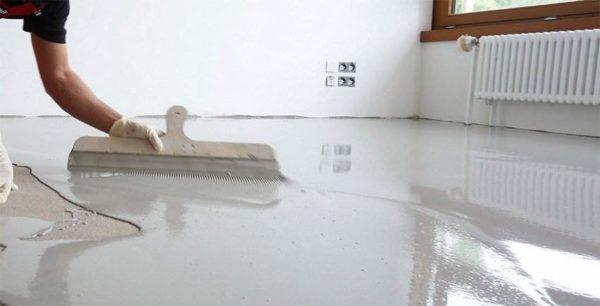 Для распределения состава по поверхности можно использовать широкий шпатель