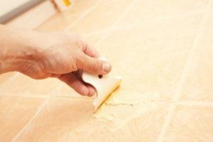 К затирке швов следует приступать после того, как плитка просохнет