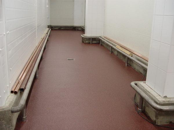 Абсолютная влагостойкость покрытия позволяет непосредственно в полу смонтировать сливной трап